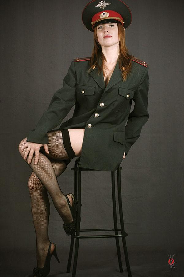 Девушки в военной форме короткой юбке без трусов — photo 5