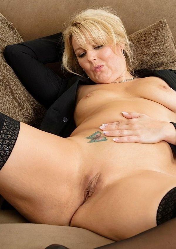 Сочная зрелая блондинка с шикарными формами мастурбирует свою пизду рукой