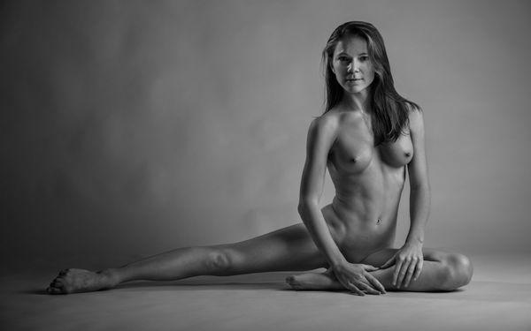 Скачать обои nude, dancer, petite, nipples, black and white,