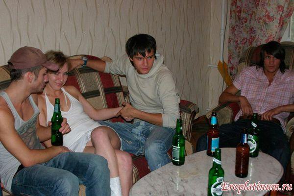 Жену с другом ебет домашнее частное любительское — img 11