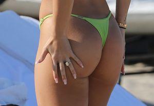 Bre Manziel Flaunts Her Booty In A..