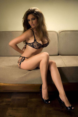 Kelly Brook looking hot in lingeries..