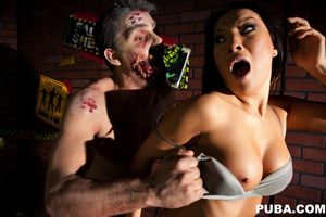Sexy superstar Asa Akira shows of some..