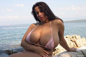 Thick woman Aneta Buena releases giant..