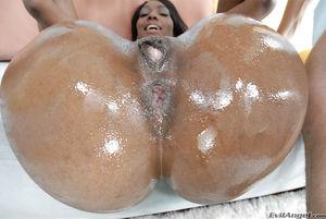Bootylicious ebony Nyomi Banxxx gets..