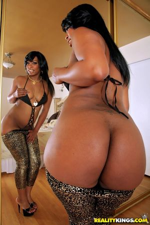 Ebony hottie Vanessa Monet shows..