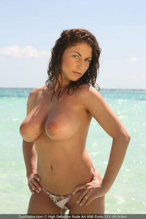 Cuvy Roberta Nudes Up at the Beach -..