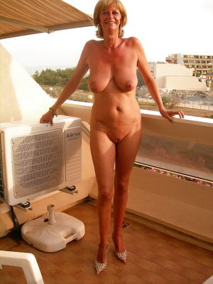 Big tits nudist wife (Camaster) - Pics..
