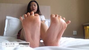Chinese girl's pretty feet 原 创..