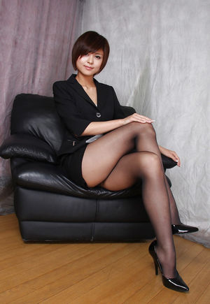 girls show legs clad in pantyhose -..