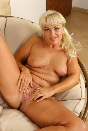 Voyeuy Jpg Sweet Blond MILF Sadie