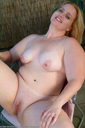 Mature BBW gets naked and spreads..