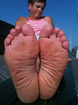 Mature Soles and toes STINK GOOD..