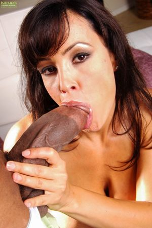 Mature pornstar Lisa Ann chokes on a..