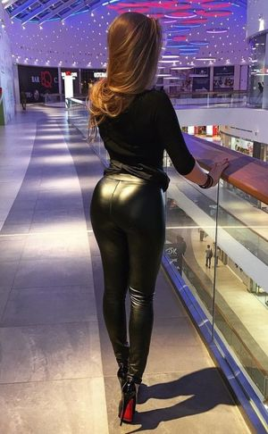 Leather leggings bottom sexy ass..