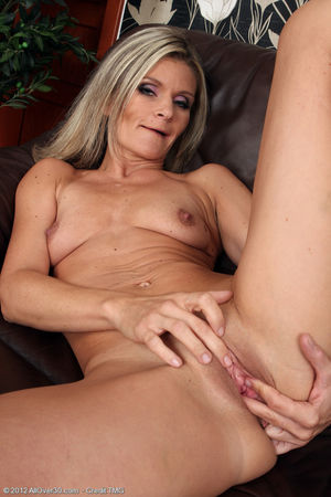 Hot cougar gallery - Blonde 39 year..