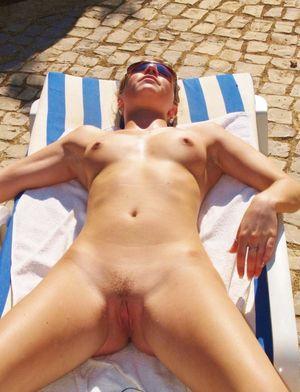 Голые на пляже -..