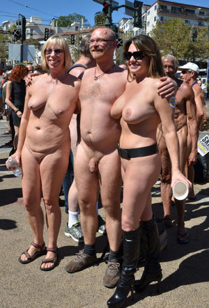 Groups of nudists with age differences..