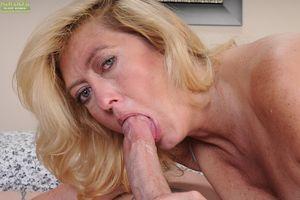 Fatty mature slut gives a deepthroat..
