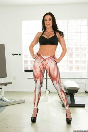Fitness goddess Kendra Lust flashes..