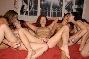 5 amateur girls stack asses during a..
