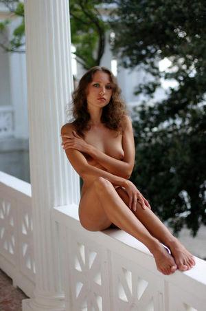 Tall Crimean bauty posing nude in..