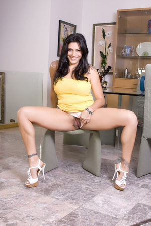 Curvy babe Raylene posing nude at aziani
