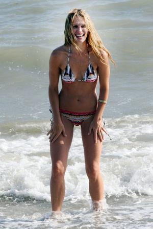 Molly Sims Bikini Candid Pics 3