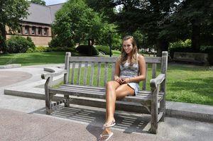 Teenager-Mädchen auf outdoor Bank -..