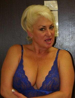 Voyeuy Jpg Moms hot cleavage
