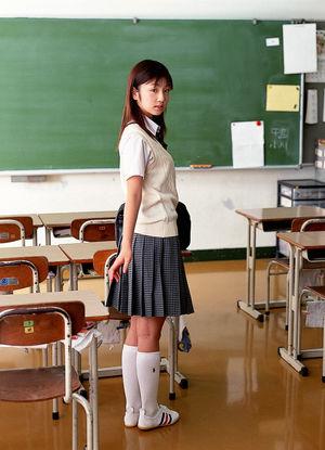 Schoolgirl posing sorgusuna uygun..