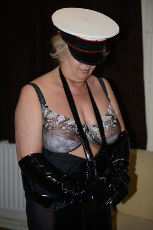Strictanddom, British escort in Barnsley