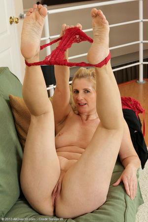Porn pics of 50 year old Jennyfer B..