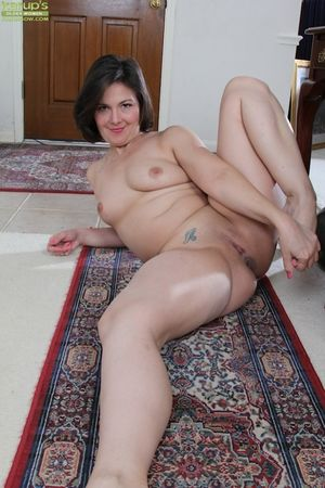 Nude chubby 40-year-old brunette - Sex..
