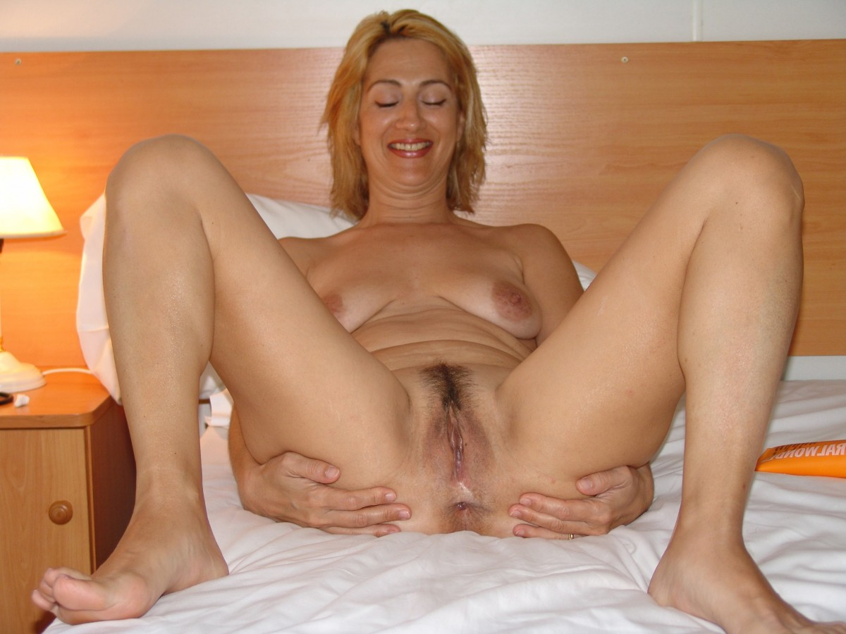 Hot Mature Wife Exposing Her Pussy Slit