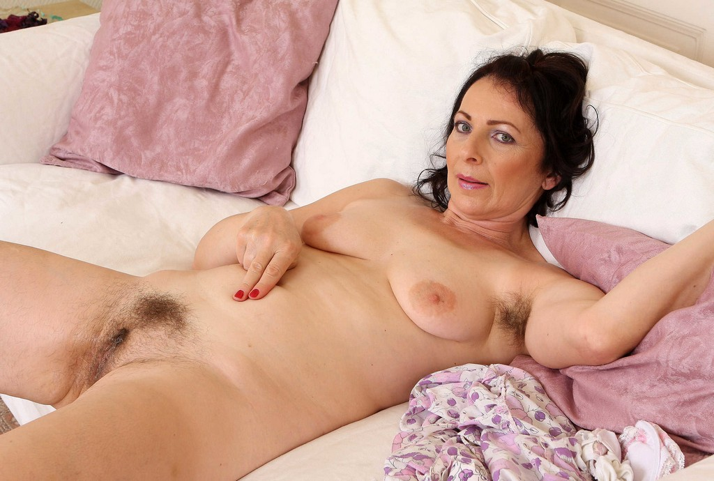 Seductive mature babe flaunts her hairy pink pussy