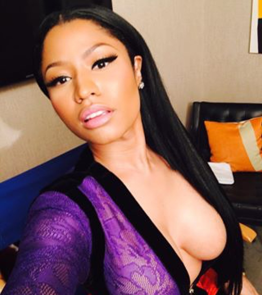 Welcome to Kyky's Blog: Nicki Minaj Shows Off Her Curves in