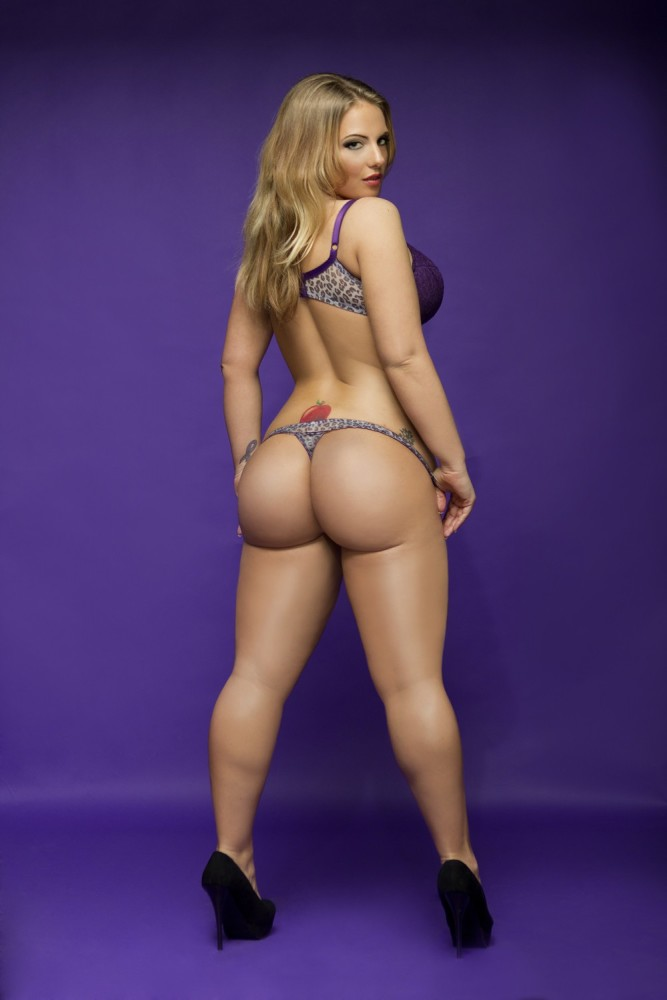 Big white round ass oiled up on gotporn