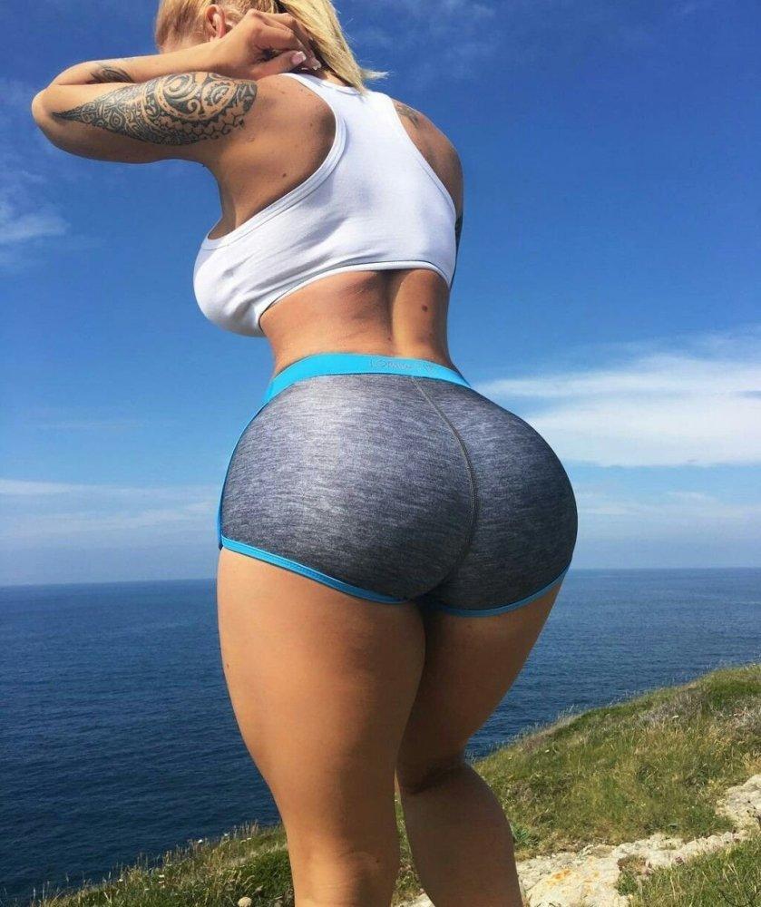 White girl shakes butt