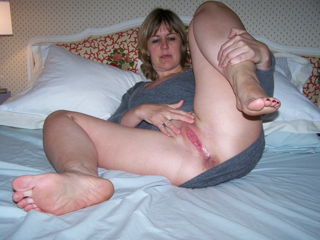 Amateur wife spreading pussy