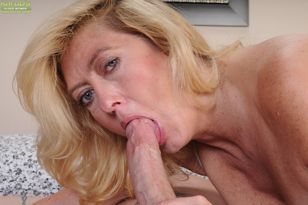 Fatty mature slut gives a deepthroat blowjob for cum on her