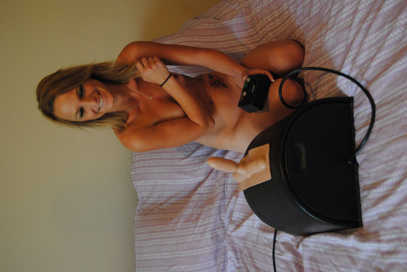 Solo babe rides sybian and fucking machine