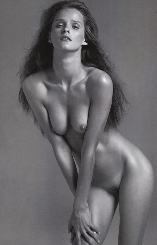 Curvy babe carmen gemini nude in black heels