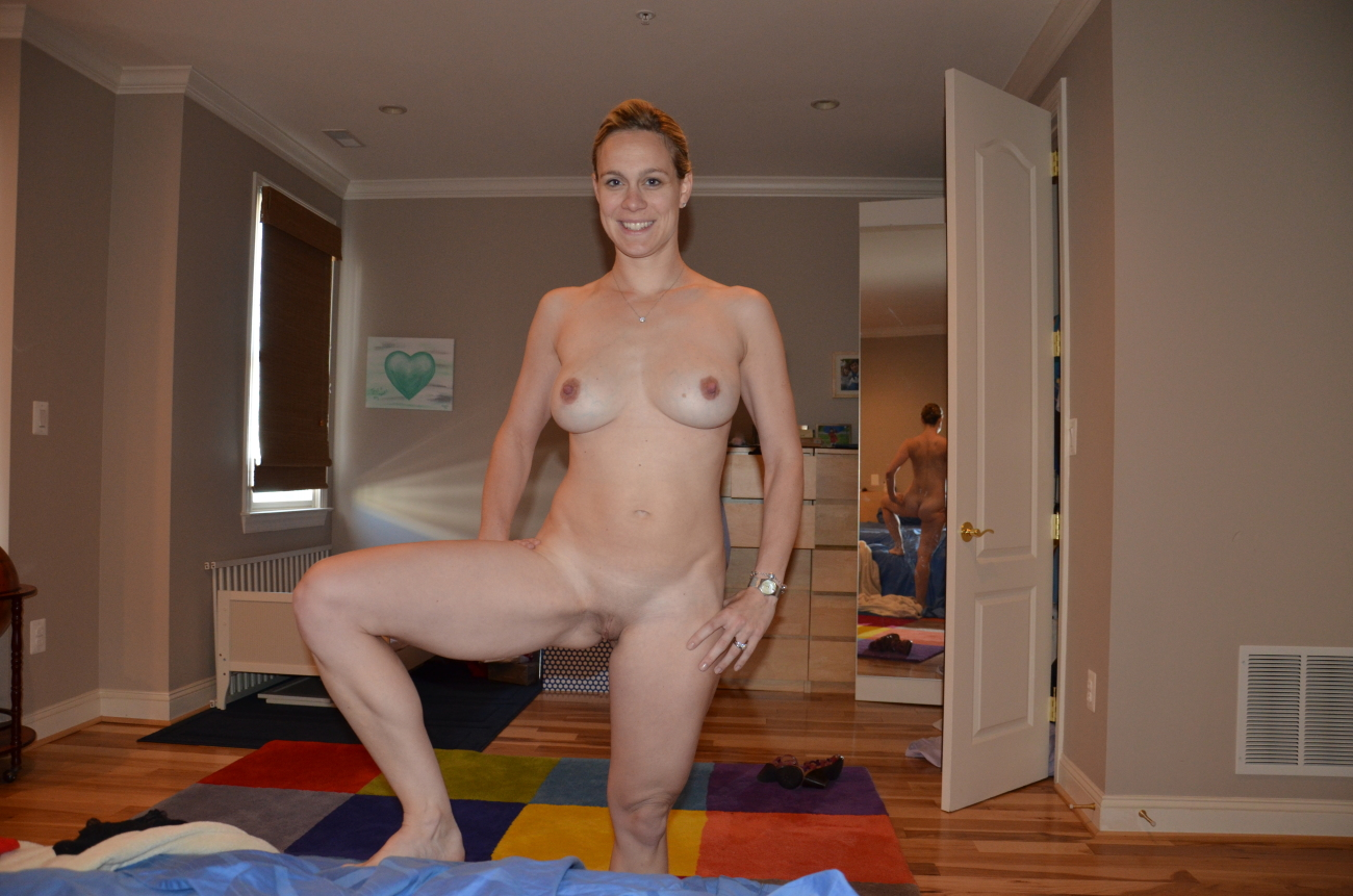 Amateur Wife Strips Neighbor