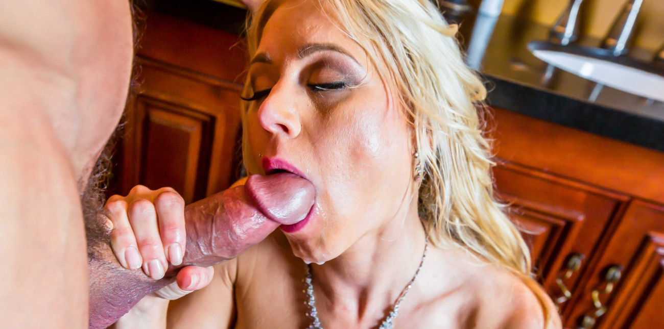 Katie morgan giving him a nice blowjob in the shower